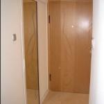 Плъзгаща врата за баня (рисунката върху огледалото се отразява на входната врата)