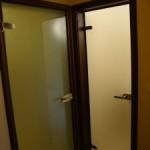 Стъклени врати с метални каси