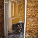 Стъклена врата с орнамент