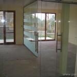 разделяне на офис с витрини и врати от прозрачно стъкло с матирани ивици