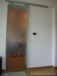 Стъклена плъзгаща врата между спалня и дрешник